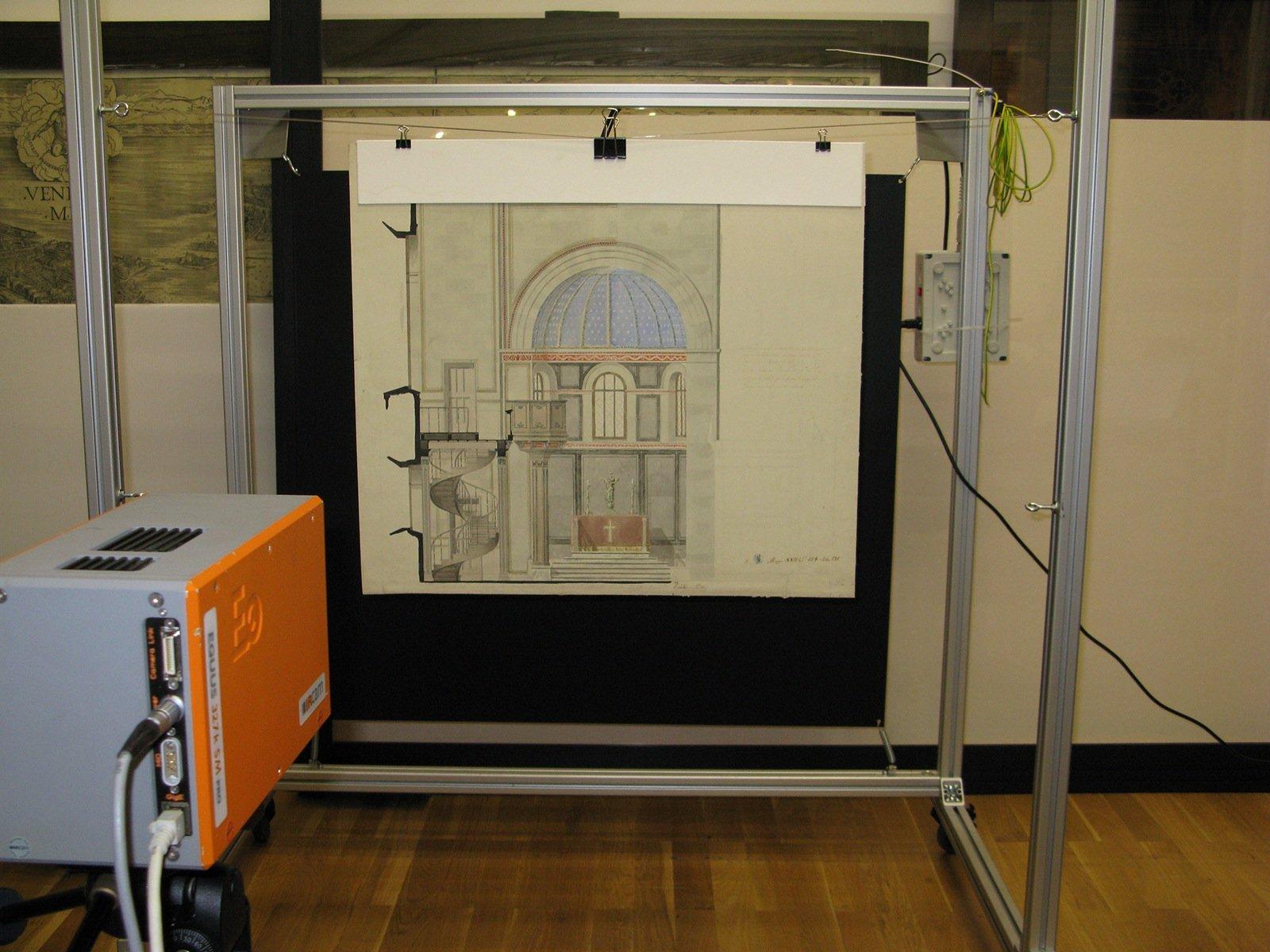 Großformatige Zeichnungen des Architekten Schinkel werden mit der Infrarotkamera durchleuchtet.