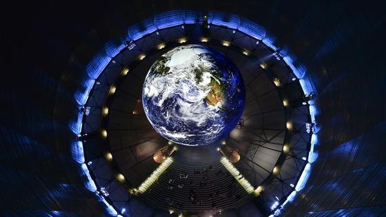 Blick von Oben auf Erde und Publikum: Noch bis zum 30. Dezember 2016 ist die Ausstellung im Gasometer zu sehen.