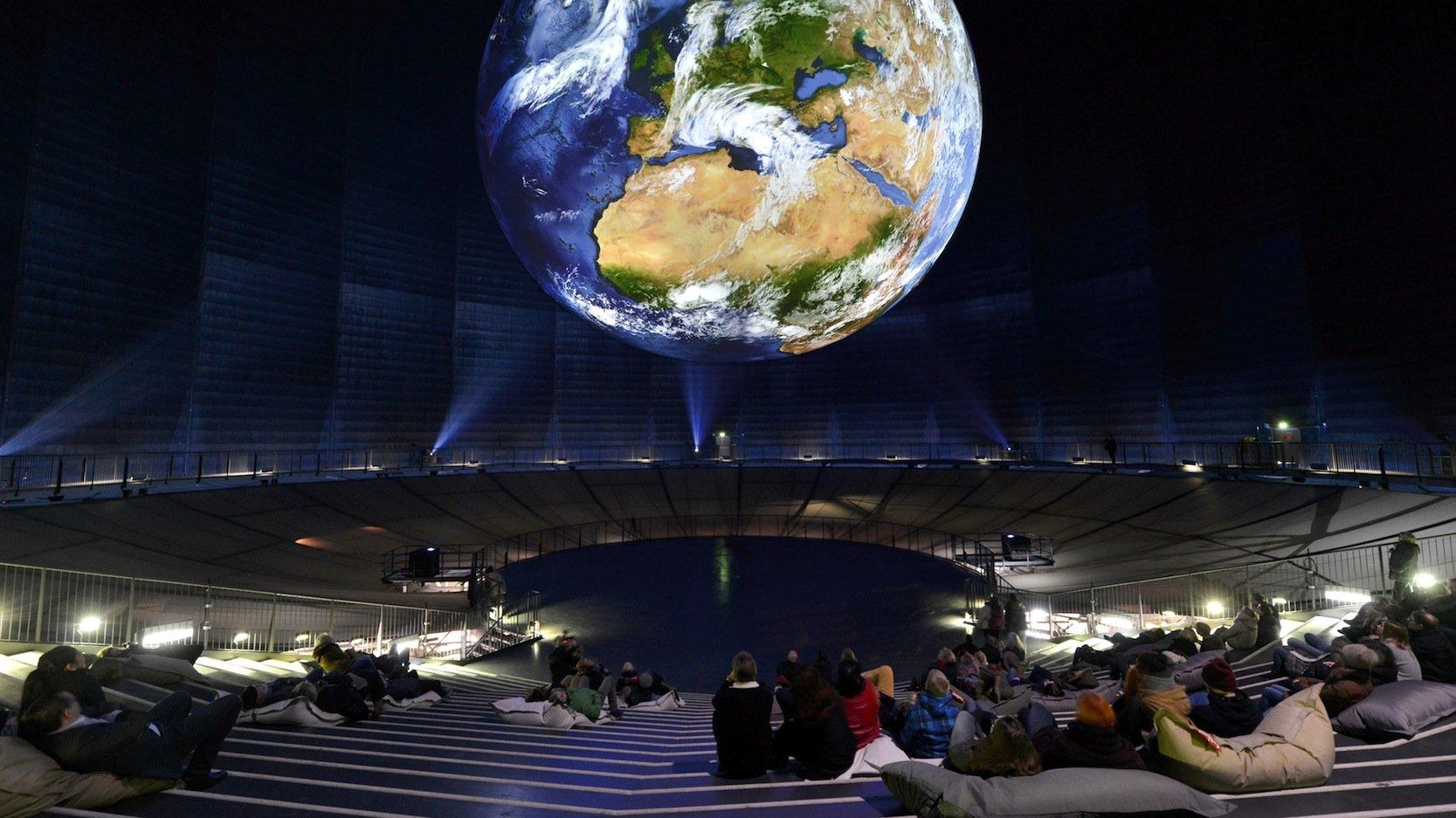 Blick im Gasometer Oberhausen auf die Erde, so wie sie Astronauten aus dem Weltall sehen: Um diesen visuellen Eindruck zu bieten, hat das Deutsche Zentrum für Luft- und Raumfahrt 1,5 Millionen Bilder gespeichert und verarbeitet.
