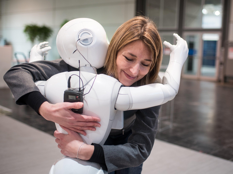 Ihr liebstes Kind: Aurora Chiquot,Kommunikationsmanagerin von Aldebaran, umarmt auf der CeBIT am Stand des Unternehmens den humanoiden Roboter