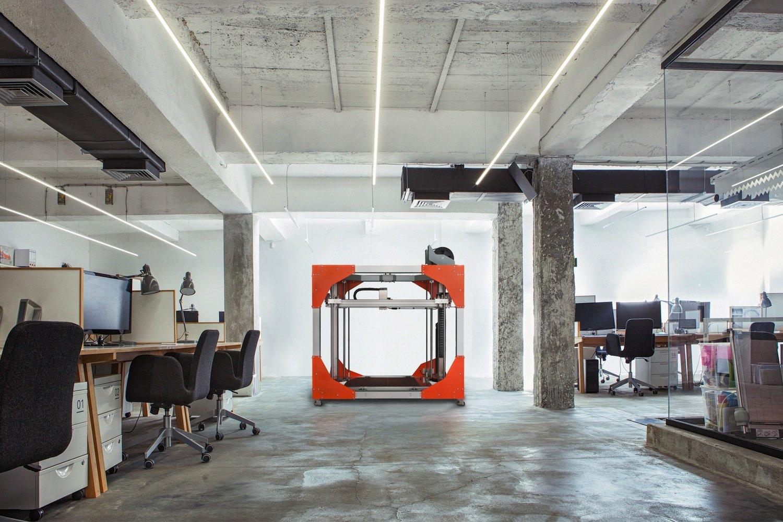 Das ist BigRep One, der angeblich weltgrößte Serien-3D-Drucker. Er druckt auf der CeBIT eine 1,70 m hohe Rakete aus und kostet 29.000 €.
