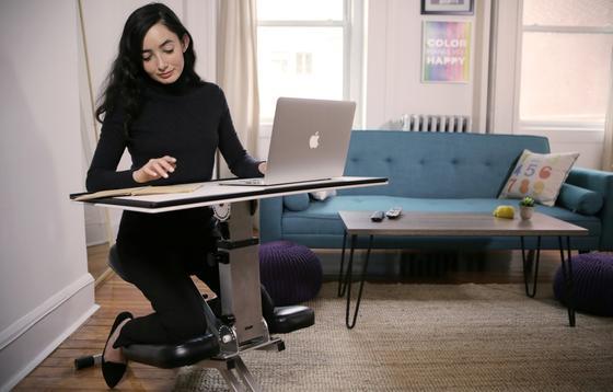 Edge Desk, der Schreibtisch zum Mitnehmen, benötigt nicht viel Platz und wiegt elf Kilo. Nur wenige Sekunden soll es dauern, ihn aufzubauen oder wieder zusammenzuklappen.