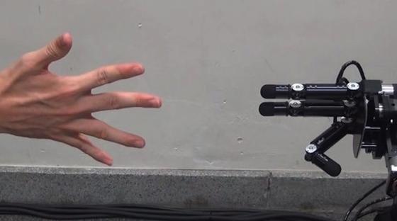 Beim Knobeln gewinnt die Roboterhand immer.Die hundertprozentige Gewinnquote ergibt sich durch den Einsatz der schnellsten Bildsensoren der Welt gekoppelt mit den schnellsten mechanischen Bewegungen. An der Erfindung ist auch das Militär sehr interessiert.