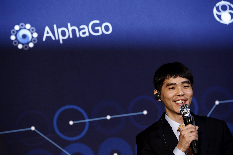 Trägt die Niederlage mit Fassung: Go-Weltmeister Lee Sedol aus Südkorea musste gegenüber der Künstlichen Intelligenz AlphaGo passen. Der Kampf Mensch gegen Maschine endete bei dem Brettspiel mit einem 4:1 für die Software der Google-Tochter Deepmind.