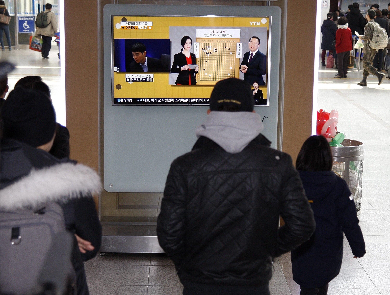 Das Spiel Mensch gegen Maschine wurde in Südkorea live im Fernsehen übertragen – auch in der U- und S-Bahn.