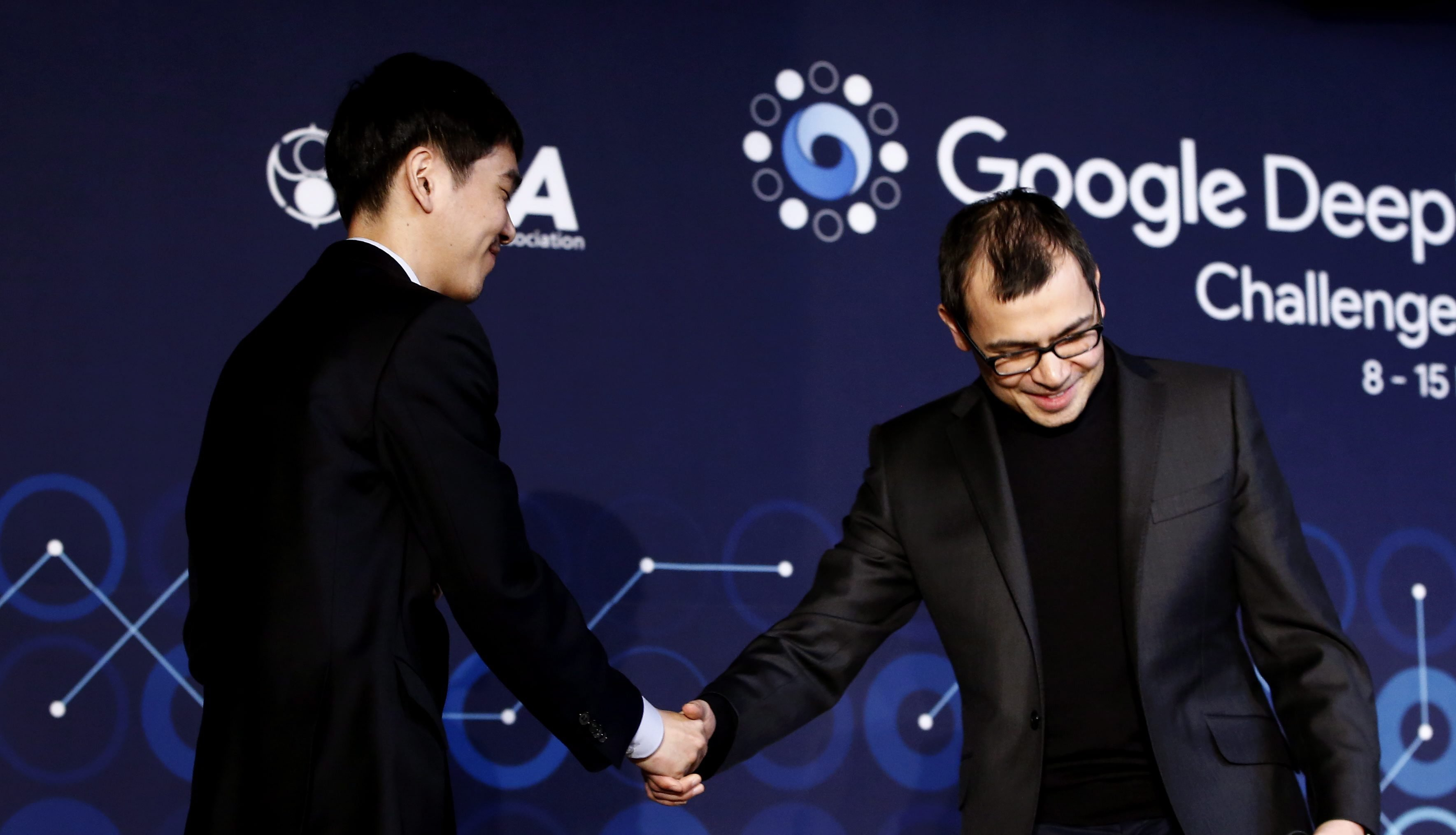 Go-Weltmeister Lee Sedol (l.) gartuliert Demis Hassabis (r.), Mitgründer des Software-Unternehmens DeepMind, zum Sieg. Go gilt als das schwierigste Spiel der Welt.