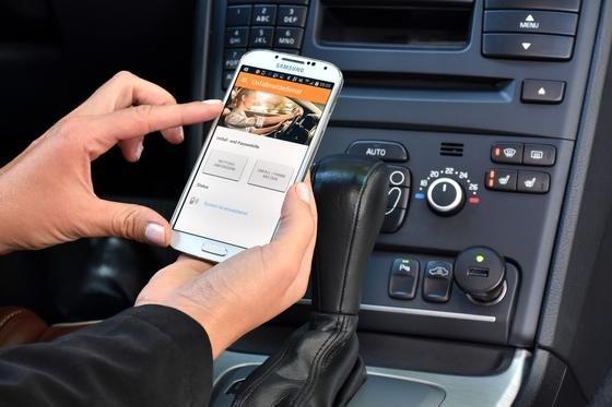 Nach einem Unfall löst der Unfallmeldestick (rechts im Bild) einen Alarm auf der Smarthphone-App aus, die dann die Notrufzentrale über die Schwere des Unfalls informiert. Dadurch sollen die Rettungskräfte schneller am Unfallort präsent sein.