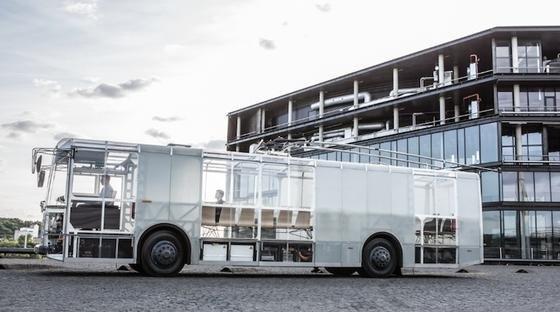 Moderne Materialien kombiniert mit Retro-Chic, Oberleitungs-Technik und Windenergie: So sieht fürVėjo Projektai der Bus der Zukunft aus.
