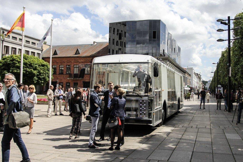 Ein Hin- und Durchgucker: Der Experimental-Bus Dancer sieht aber nicht nur gut aus, er ist auch äußerst umweltfreundlich.