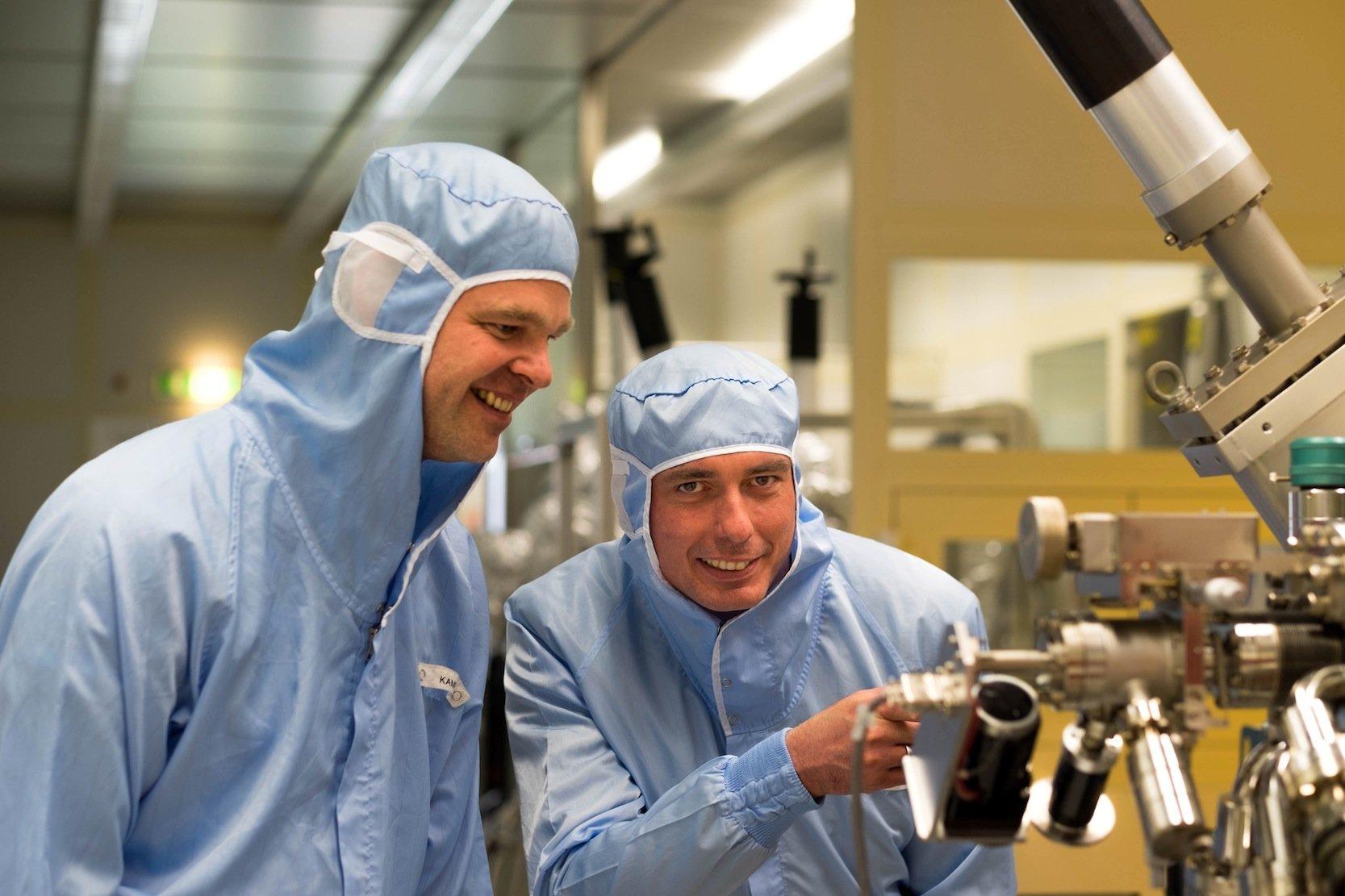 Martin Kamp und Professor Sven Höfling forschen im streng kontrollierten Klima des Reinraums an der Universität Würzburg: Sie haben ein Lasersystem entwickelt, das Alkohol in der Luft messen kann.