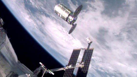 Ein von der ISS abgedockter Raumfrachter Cygnus: Im nächsten will die Nasa per Fernsteuerung ein Feuer legen. Die Forscher wollen herausfinden, wie sich Feuer in der Schwerelosigkeit verhält. Das Experiment startet, wenn sich Cygnus in sicherer Entfernung zur Raumstation befindet.