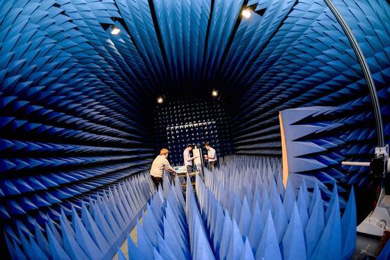 Die Entwicklung des neues Geräts zur Detektion von Landminen benötigt hoch kontrollierte Bedingungen. Die Bochumer Ingenieure arbeiten deswegen in einem Raum, der elektromagnetische Wellen absorbiert.