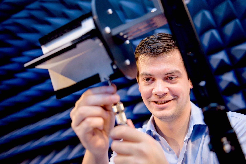 RUB-Ingenieur Christoph Baer montiert die selbst gebaute Antenne für eine Messung.