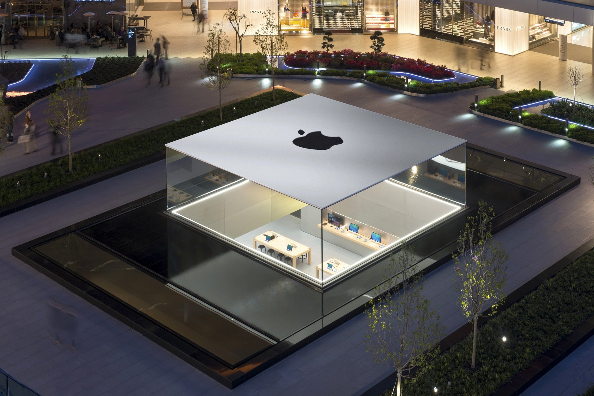 Der Apple Store in Istanbul war der erste, den das Büro von Stararchitekt Norman Foster entwickelt hat. Der Store liegt unter dem zentralen Platz im neuen Einkaufsviertel Zorlu, der Kubus aus Glas bildet den spektakulären Eingang.
