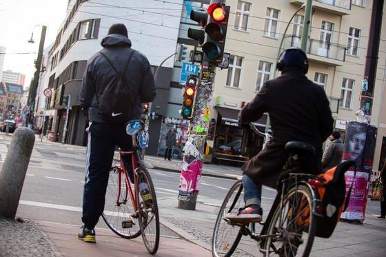 Zwangspause: Radfahrer stehen mal wieder vor einer roten Ampel. Die Lichtanlagen in Innenstädten sind meist so geschaltet, dass Autos gut vorankommen. Radfahrer haben das Nachsehen. Siemens hat eine App fürs Smartphone entwickelt, die auch Radfahrern eine grüne Welle beschert.