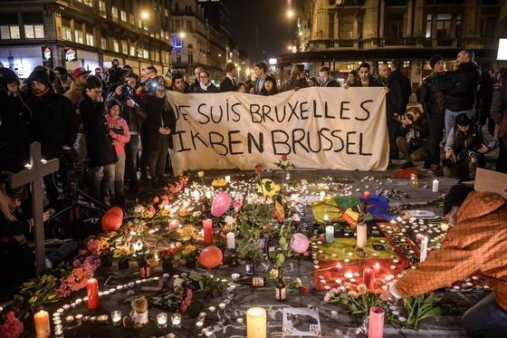 Trauernde am Börsenplatz in Brüssel: Viele Menschen wollten sich nach den Anschlägen über das Schicksal ihrer Angehörigen informieren, weshalb die Mobilfunknetze zusammenbrachen. Stattdessen sollten die Menschen auf Facebook und Twitter ausweichen.