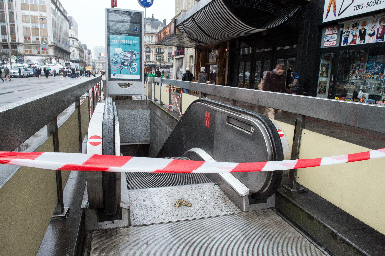 Abgesperrte U-Bahn-Stationan der Börse in Brüssel: Weil zugleich die Mobilfunknetze ausfielen, wurden die Taxifahrer der Hauptstadt per Twitter aufgerufen,Verletzte abzutransportieren und hilfsbedürftige Passagiere kostenlos mitzunehmen.