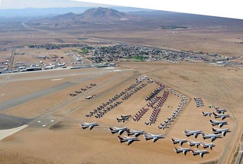 Mojave Air & Space Port: DerFlughafenin derMojave-Wüsteim US-BundesstaatKalifornien wird in derzivilen Luftfahrt überwiegend als Frachtflughafen genutzt. Darüber hinaus ist er vor allem als Stellplatz für die Zwischenlagerung von vorübergehend stillgelegten Flugzeugen bekannt. Es sind dort auch Unternehmen angesiedelt, die Flugzeuge zerlegen und verschrotten.