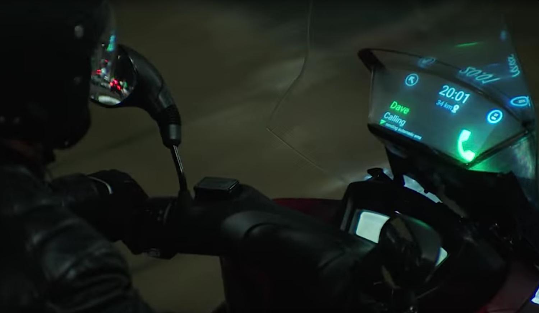 Smart Windshield von Samsung: Der Biker sieht auf der Display-Windschutzscheibe während der Fahrt eingehende SMS und Telefongespräche.