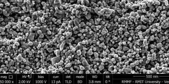 Großaufnahme von Nanopartikeln auf Baumwollfasern in 150.000-facher Vergrößerung.