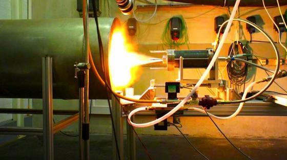 """""""Grüne Rakete"""": das Hybridtriebwerk im Test. Bremer Studenten wollen Paraffin nutzen, um eine 80 kg schwere und 3,8 m lange Forschungsrakete in eine Höhe von 4000 m zu schießen."""