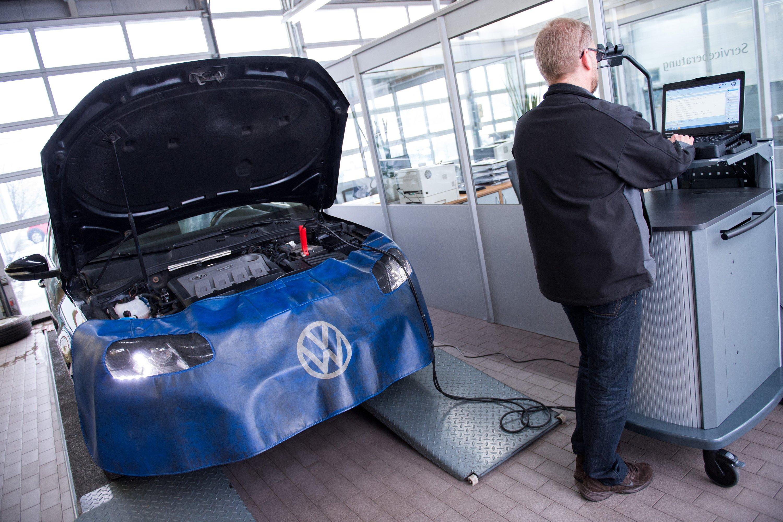 Diagnose eines VW Passat TDI in einer Werkstatt in Solingen: Immer noch völlig offen ist, wann VW mit dem Rückruf der manipulierten Dieselmodelle beginnt. Das Kraftfahrtbundesamt hat die von VW vorgeschlagenen Maßnahmen immer noch nicht genehmigt. Angeblich will das KBA keinen Mehrverbrauch durch das Update der Motorsteuerung akzeptieren.