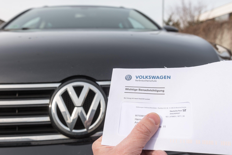 VW hat schon viele Halter des VW Passat angeschrieben, mit ihrer Werkstatt einen Termin zu vereinbaren. Das war voreilig: Denn das KBA hat die von VW vorgeschlagenen Maßnahmen nicht akzeptiert.