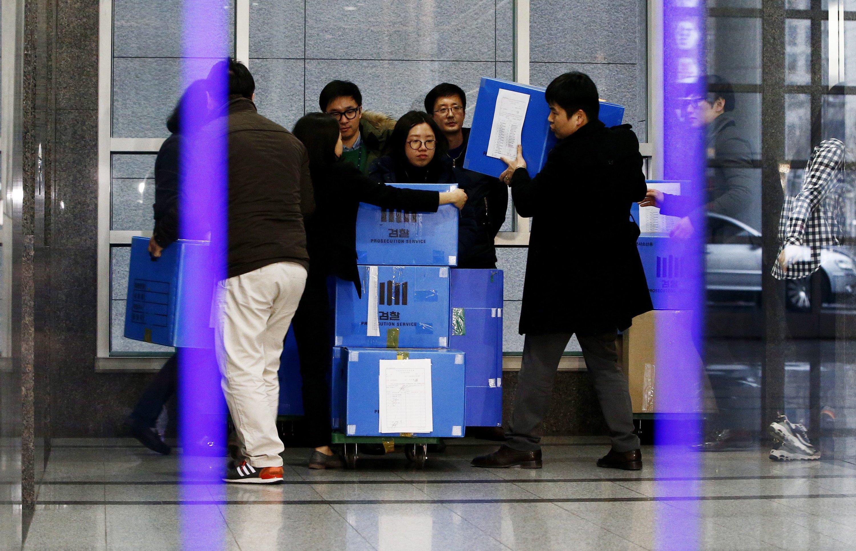 Fahnder in Südkorea transportieren am 19. Februar 2016 Akten aus der VW- und Audi-Zentrale in Seoul: Auch Südkorea ist zunehmend sauer auf den Konzern, weil die vorgeschlagenen Maßnahmen zur Beseitigung der Dieselmanipulationen als nicht ausreichend anerkannt werden.