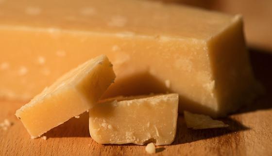 Mmmh Parmesan: Statt auf dem Teller haben sich TUM-Forscher den italienischen Hartkäse imHochleistungsmassenspektrometer vorgeknöpft. Und entzaubert: Es gibt jetzt ein chemo-sensorisches Profil des geschmackvollen Käses. 31 Stoffe, die den typischen Parmesan-Geschmack ergeben, wurden identifiziert.