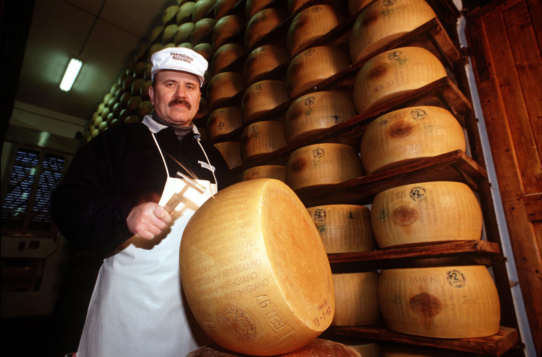 Das Archivbild zeigt den Reiferaum der Käserei Villa Curta in Reggio nell'Emilia. Mit einem kleinen Hammer werdem Qualität und Reife eines Parmesan kontrolliert. Der Parmigiano Reggiano ist eine der härtesten Käsesorten der Welt und nach der Stadt Parma benannt. TUM-Forscher haben jetzt einchemo-sensorische Parmesan-Profil erstellt. Damit könnten Käsereien die geschmacklichen Veränderungen im Herstellungs- und Reifeprozess objektiv messen und überwachen.