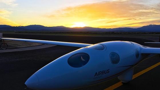 Das Segelflugzeug Perlan II soll im Sommer einen Weltrekord aufstellen und es ohne Motor 27 km hoch bis an die Grenze zum Weötraum schaffen.
