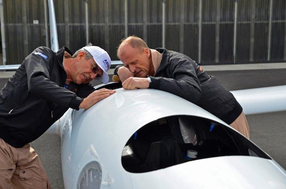 Der Chefpilot der Perlan-II-Mission, Jim Payne (li.), und Airbus-Chef Tom Enders.