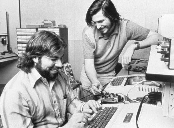 Steve Jobs (r.) und Steve Wozniak 1976 bei der Arbeit: Zwei Highschoolfreunde machten sich 1971 auf, die Technikwelt zu revolutionieren. Heute ist Apple das wertvollste Unternehmen der Welt.