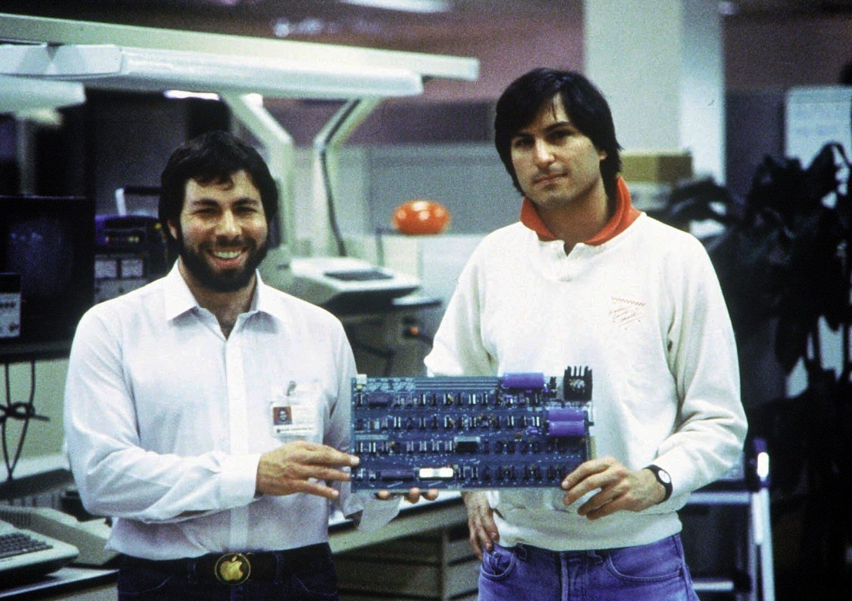 1978 zeigen Steve Jobs (r.) und Steve Wozniak eine Computer-Platine.