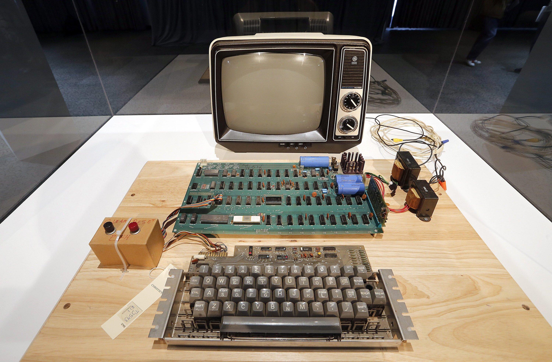 Der erste Apple-Computer, der Apple-1 aus dem Jahr 1976, steht heute im Computer-Museum von Mountain View. Der Computer bestand nur aus einer Platine. Bildschirm und Tastatur waren damals noch Extras.