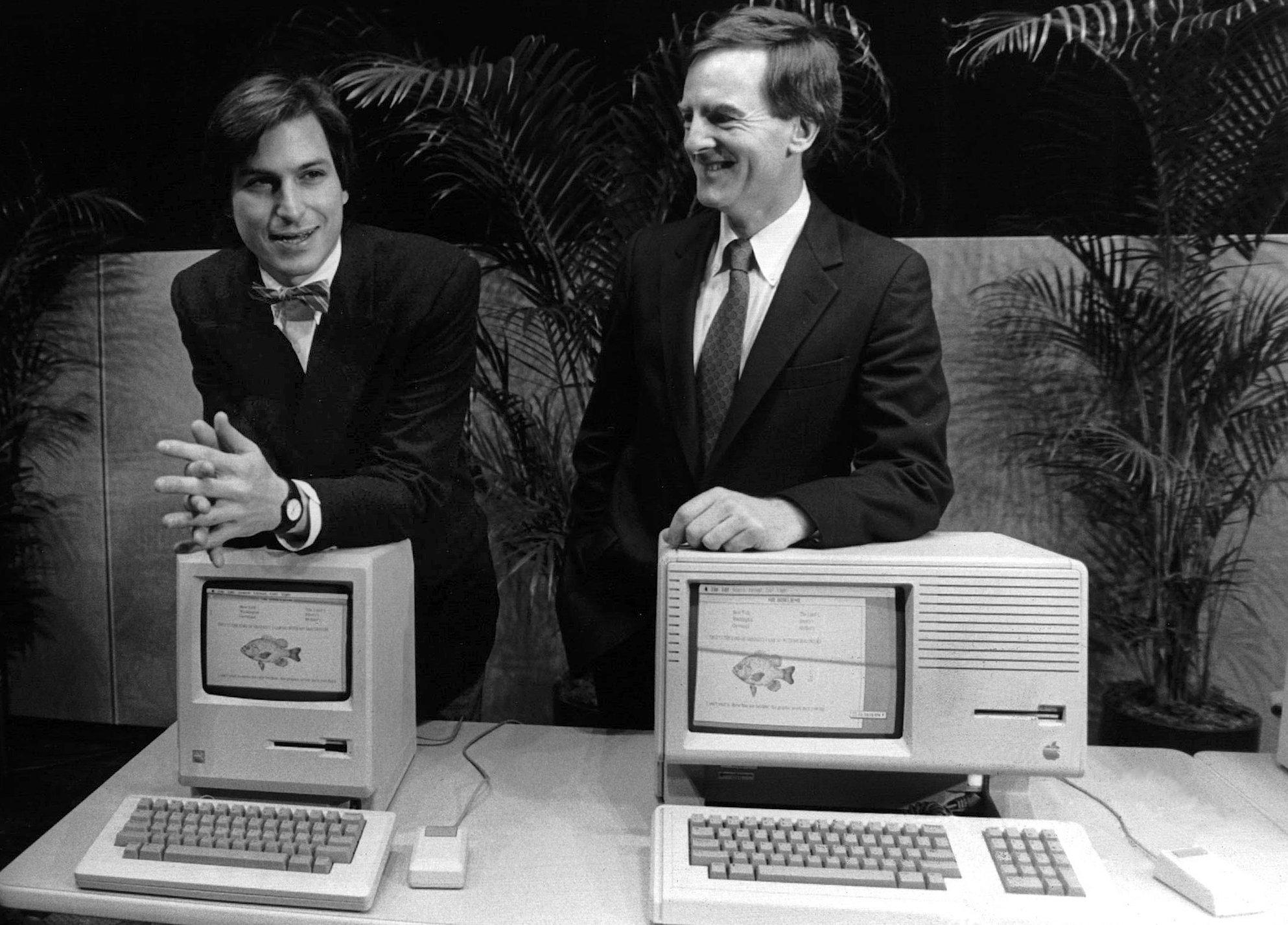 Apple-Mitbegründer Steve Jobs (l.) und der damalige Apple-Präsident John Sculley stellen am 24. Januar 1984 vor einer Aktionärsversammlung denersten Macintosh-Computer vor.