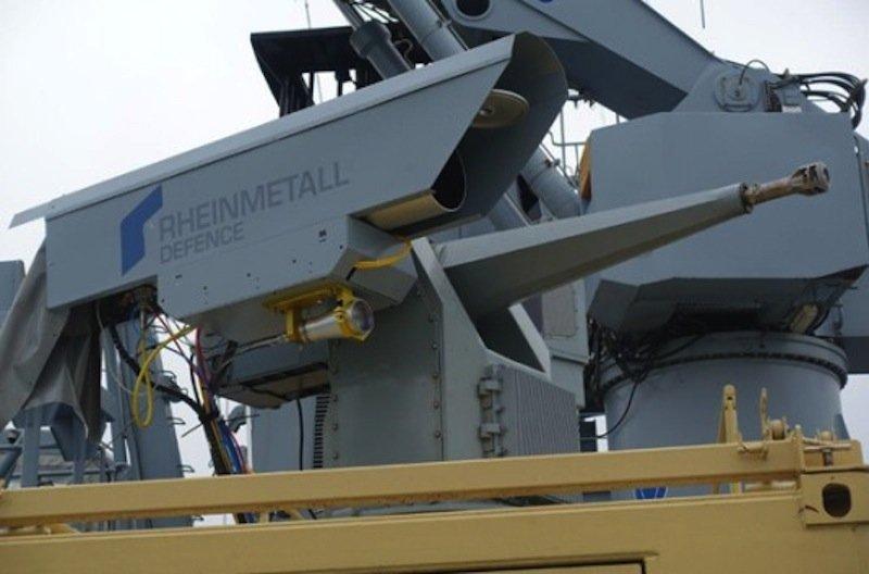 Die von Rheinmetall entwickelteHochenergie-Laserwaffe (HEL) ist von der Bundesmarine getestet worden. Dazu wurde sie auf den Geschützturm eines Kriegsschiffes der montiert.