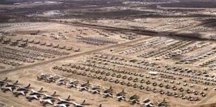 Tausende Verkehrsflugzeuge parken in der Wüste