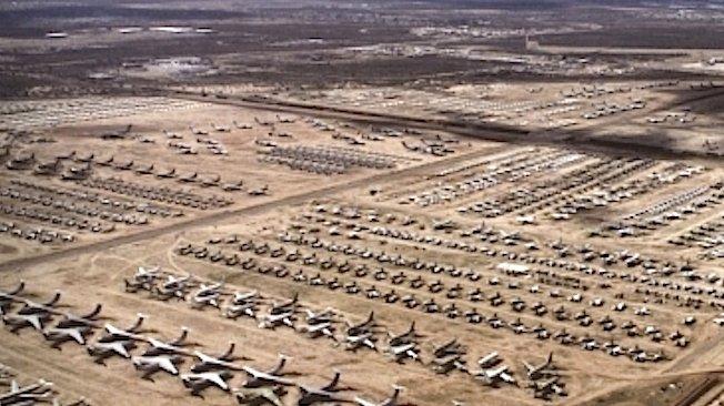 Luftaufnahme von der Davis-Monthan Air Force Base und dem AMARG Flugzeug-Friedhof in Tucson, Arizona. AMARG ist das zentrale Lager für stillgelegte Luftfahrzeuge der US-Streitkräfte und einiger Bundesbehörden.