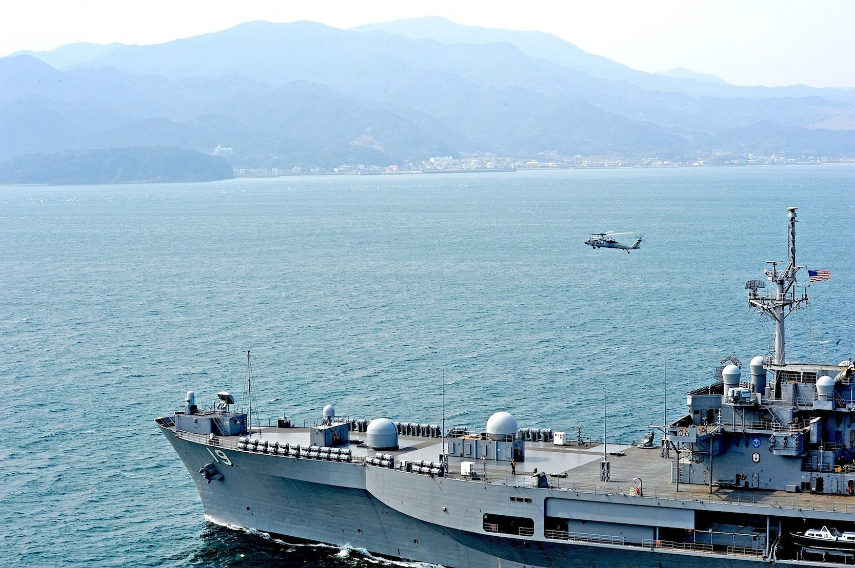 Das KommandoschiffUSS Blue Ridge vor der japanischen InselgruppeTomogashima: Die US-Marine testet jetzt einen Wasserstoffspeicher aus Dresden, der die Energieversorgung auf Schiffen verbessern kann, die lange unterwegs sind.