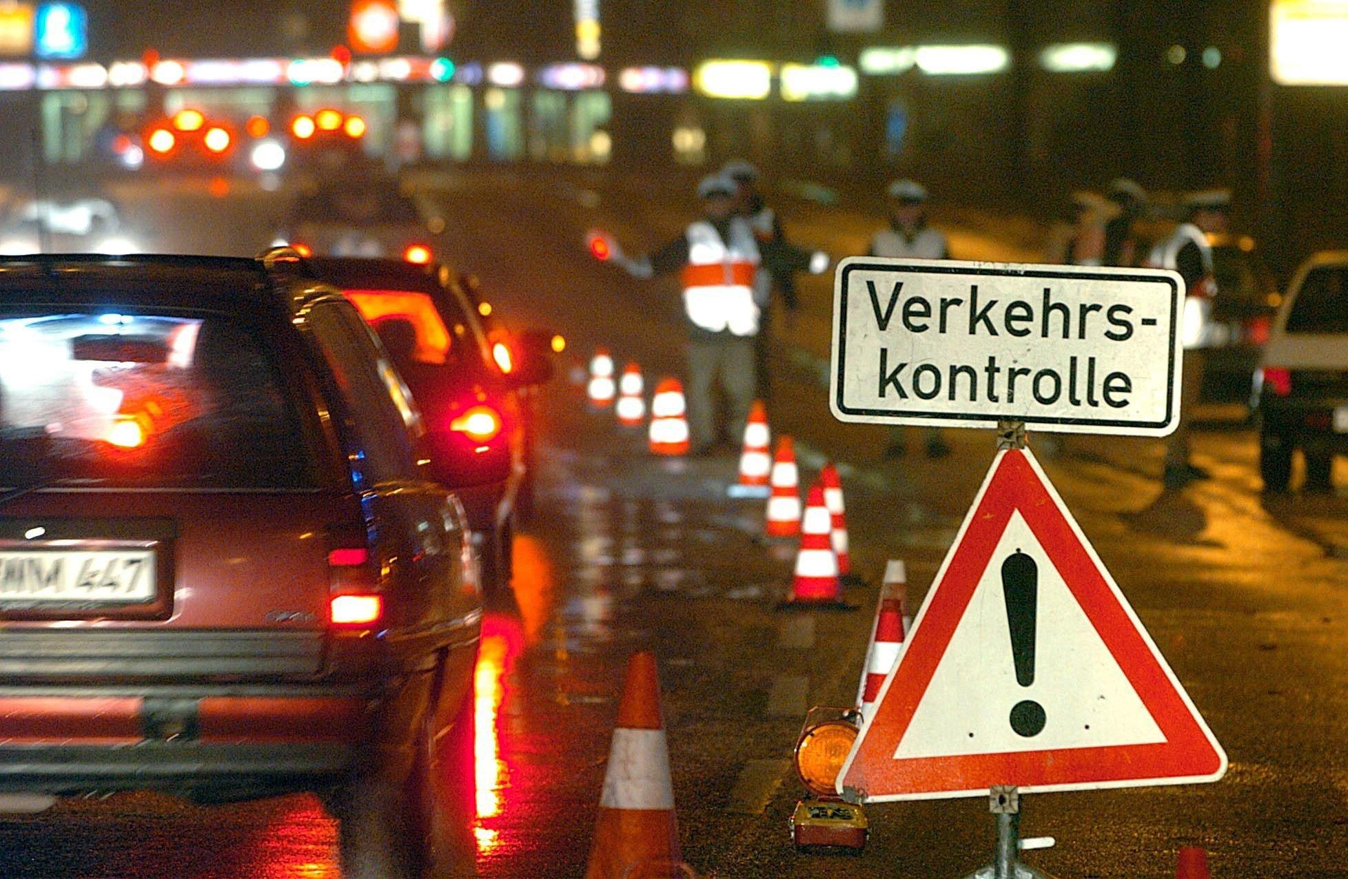 Verkehrskontrolle in Hamburg: Es ist derzeit sehr aufwendig, Autofahrer auf Alkohol zu kontrollieren. Jetzt haben Würzburger Forscher ein Lasersystem entwickelt, das im Vorbeifahren Alkohol in der Luft eines Fahrzeuges feststellen kann.