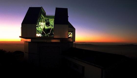 Im Kitt Peak National Observatorium in Arizona wird NEID als neues Instrument am 3,5 m großen Teleskop WIYN hinzugefügt.Das hochpräzise Gerät kann das minimale Zittern eines Sterns aufspüren, der von einem Planeten umkreist wird.