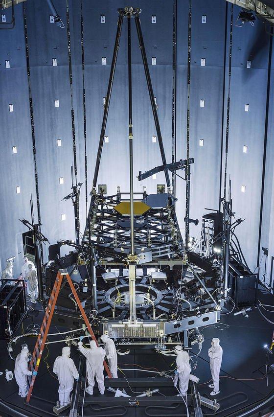 Die Spiegel des künftigen Weltraumteleskops James Webb Space Teleskopwerden in einer riesigen Vakuumkammer im Johnson Space Center der Nasa in Houston installiert. Gut zu erkennen ist im Hintergrund die 6,5 m lange Trägerkonstruktion des Teleskops.
