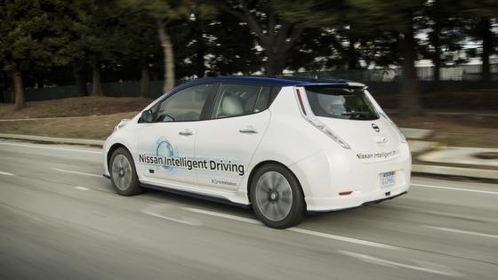Autonomes Fahren: Nissan hat zusammen mit Partnern im Silicon Valley ein System getestet, das selbstfahrende Autos sicherer machen soll. Dafür sind alle Autos im Umkreis von einigen hundert Metern miteinander vernetzt und sie kommunizieren auch mit Stationen an der Straße.