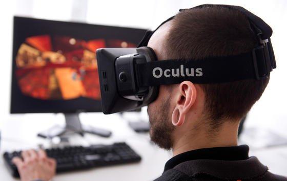 Nutzer der Oculus Rift: Während sich das Auge durch virtuelle Welten bewegt, bleibt der Körper in der Realität ruhig sitzen. Das führt zu einem Sinneskonflikt und zur Simulatorkrankheit.