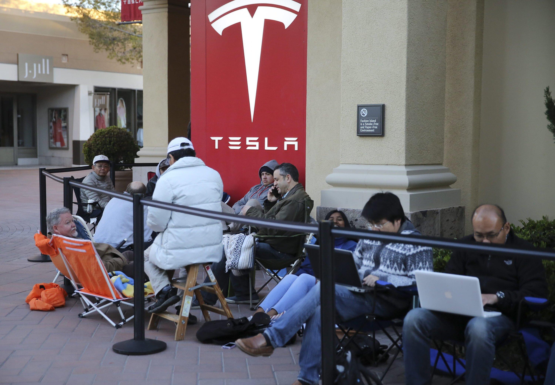 Diese Szene kennt man sonst nur von Apple: E-Auto-Fans kampieren vor einem Tesla-Store, um sich mit einer Anzahlung von 1000 $ einen Platz auf der Warteliste zu sichern. Tesla will die ersten Autos 2017 ausliefern.