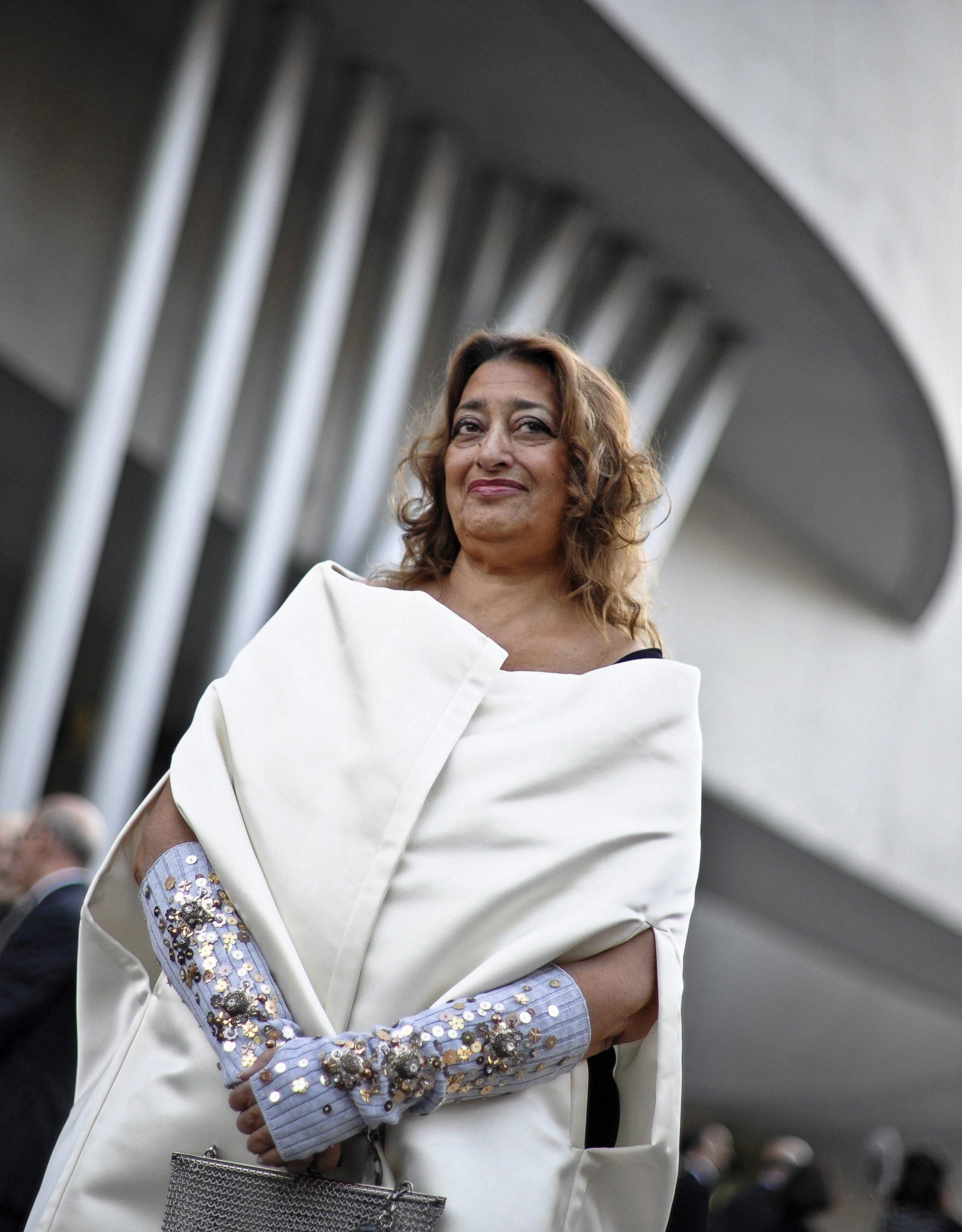 Zaha Hadid im Mai 2010 vor dem MAXXI, dem neuen von ihr entworfenen italienischen Nationalmuseum für Kunst des 21. Jahrhunderts.