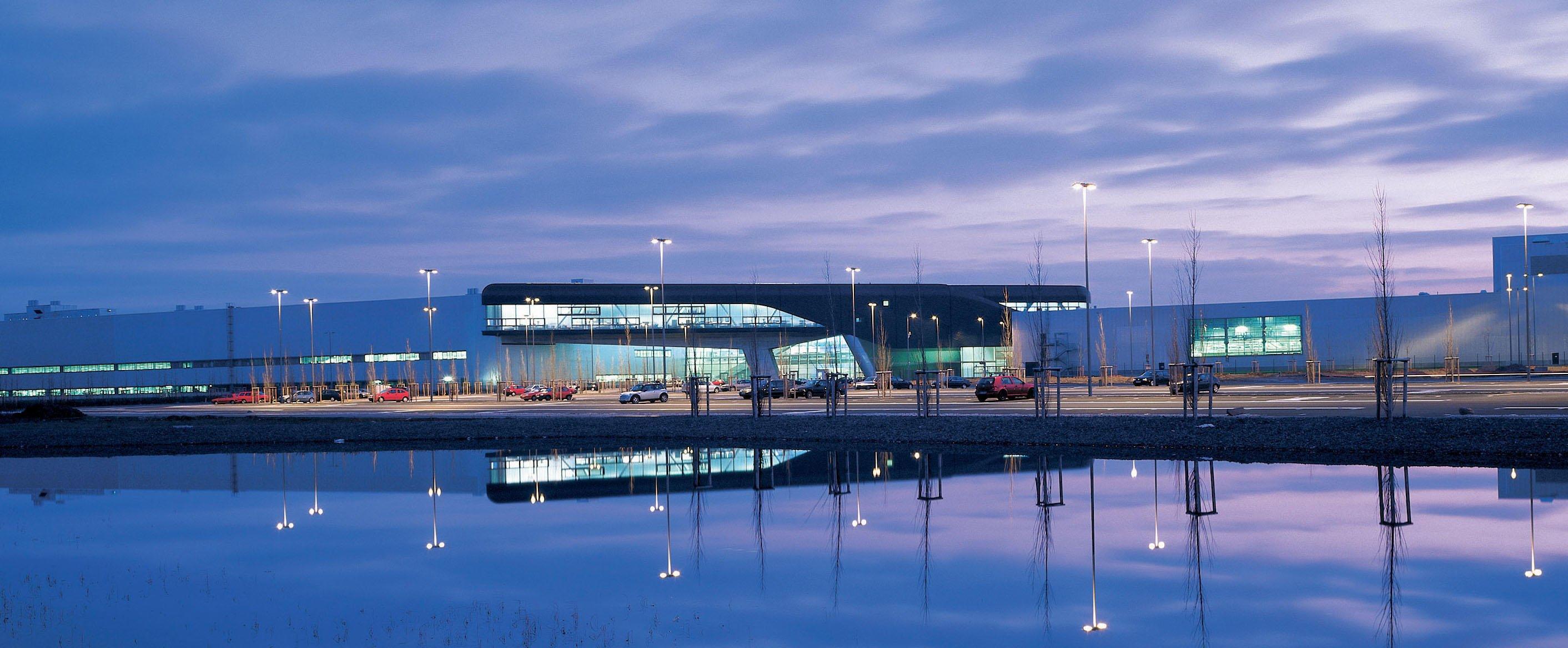 Außenansicht des Leipziger BMW-Werkes: Für den Bau wurde die englische Stararchitektin Zaha Hamid im Dezember 2005 mit dem Deutschen Architekturpreis ausgezeichnet.