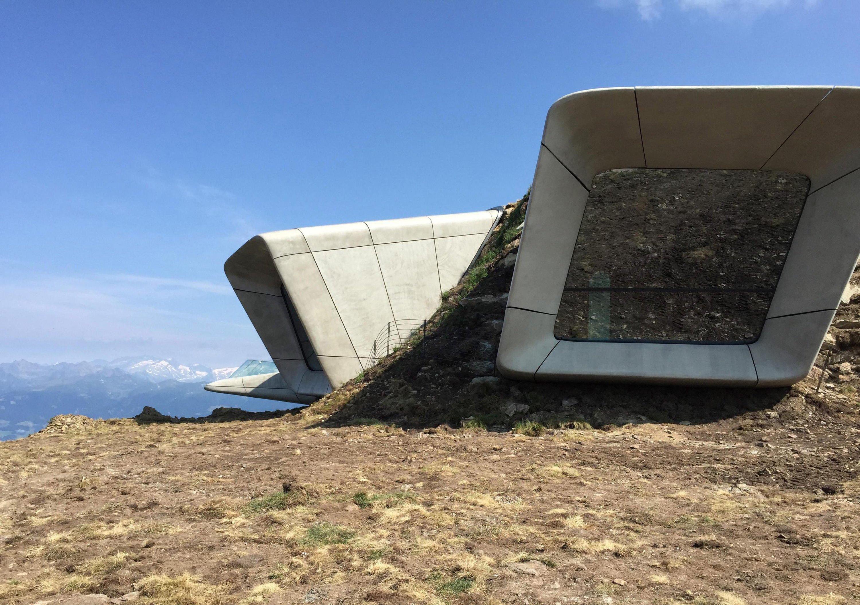 Für ReinholdMessnerssechstes Museum in Südtirol ließ Zaha Hadid den Fels aushöhlen und schuf unterirdische Räume mit Aussichtsbalkons.
