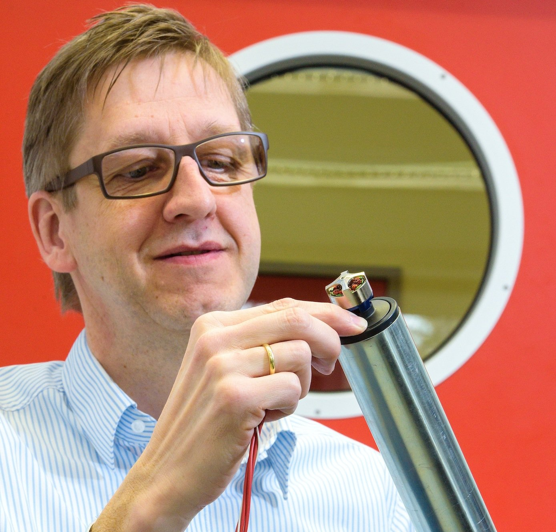 Antriebstechniker Matthias Nienhaus von der Saar-Uni macht mit Kooperationspartnern die Motoren im Inneren von Transportrollen zum Sensor, um Förderstraßen mit Transportrollen neue Fähigkeiten zu geben.